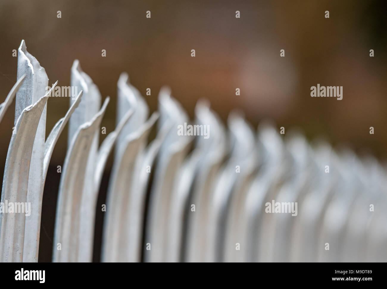 Précision de la palissade clôtures de sécurité entourant la propriété privée. Les mesures de sécurité et de protection et d'une clôture entourant la sécurité et la sécurisation. Photo Stock