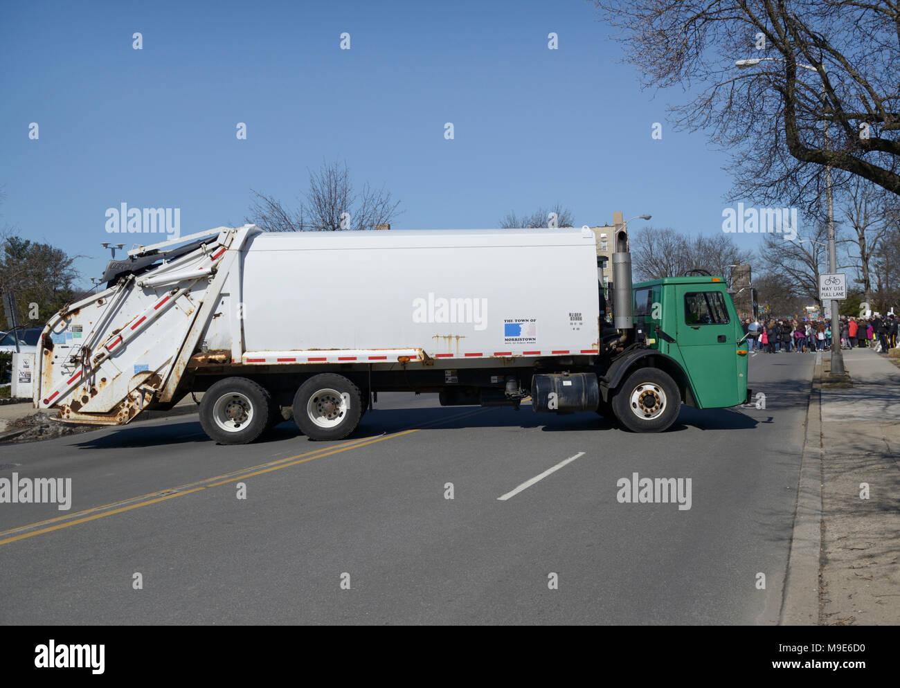 Camion à ordures utilisé pour bloquer la zone pour empêcher l'attaque terroriste en véhicule lors d'un march, NJ Photo Stock