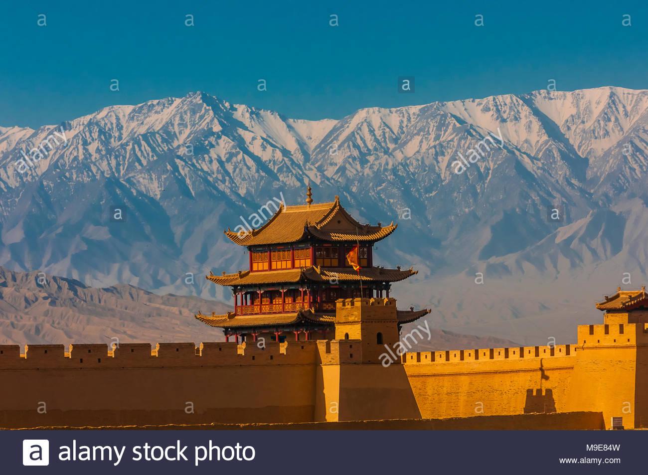 Fort de Jiayuguan est l'extrémité ouest de la Grande muraille construite durant la dynastie Ming (1368 - 1644). C'était une importante forteresse militaire et des waypoint o Photo Stock