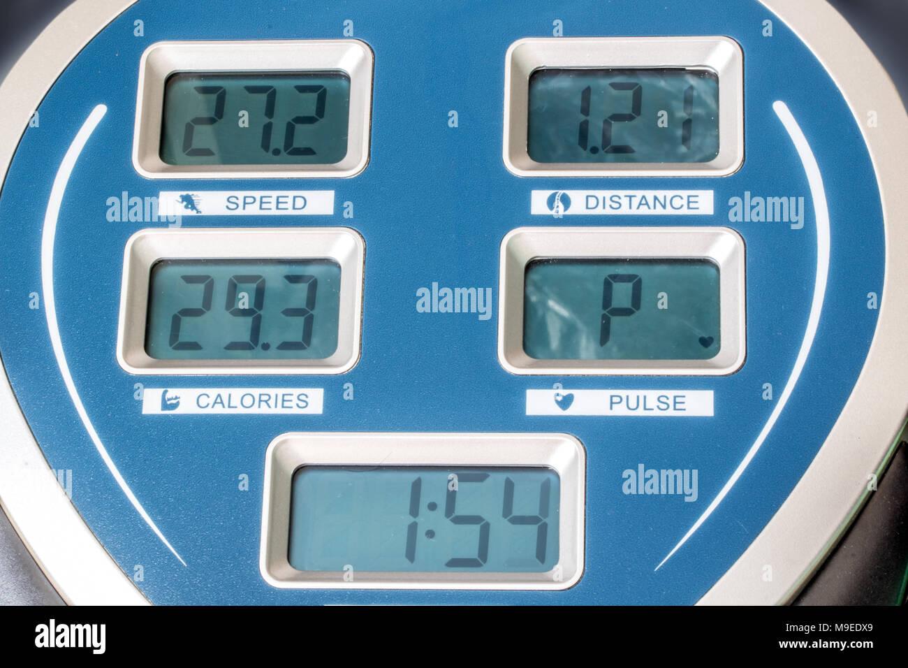 Le panneau d'affichage sur la machine d'exercice. L'écran affiche vitesse, temps, distance et calories brûlées sur la machine de formation. Photo Stock