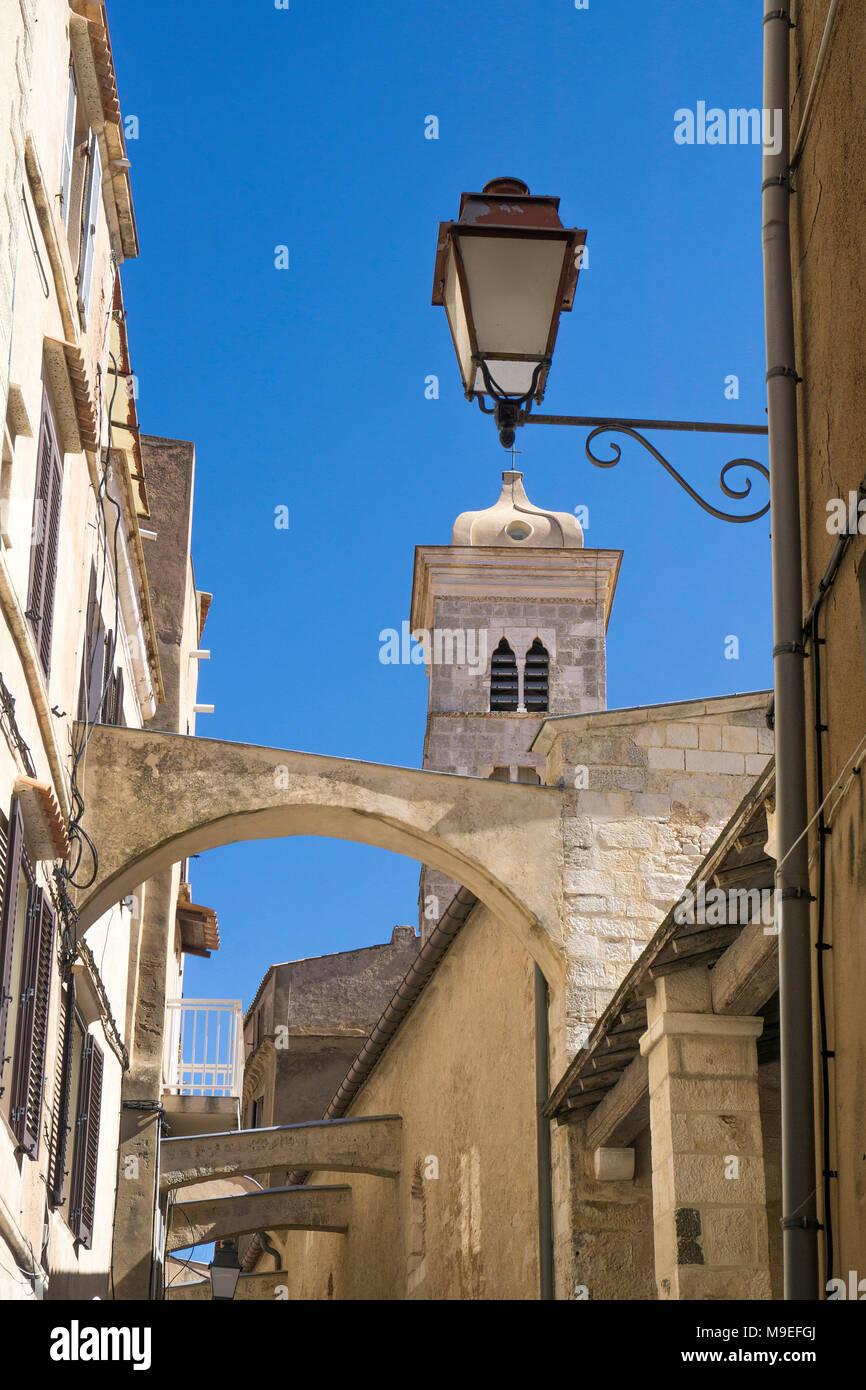 Ruelle médiévale et l'église Eglise Sainte Marie Majeure, à l'ancienne ville de Bonifacio, Corse, France, Europe, Méditerranée Photo Stock