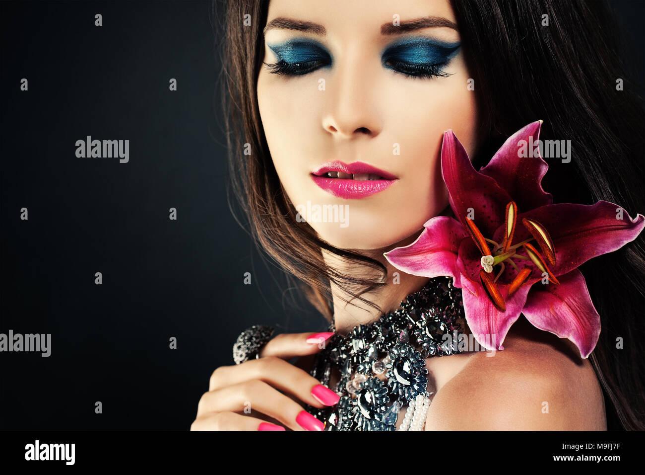 Femme Avec Un Miroir Et Des Fleurs Blue Eye Shadow Maquillage