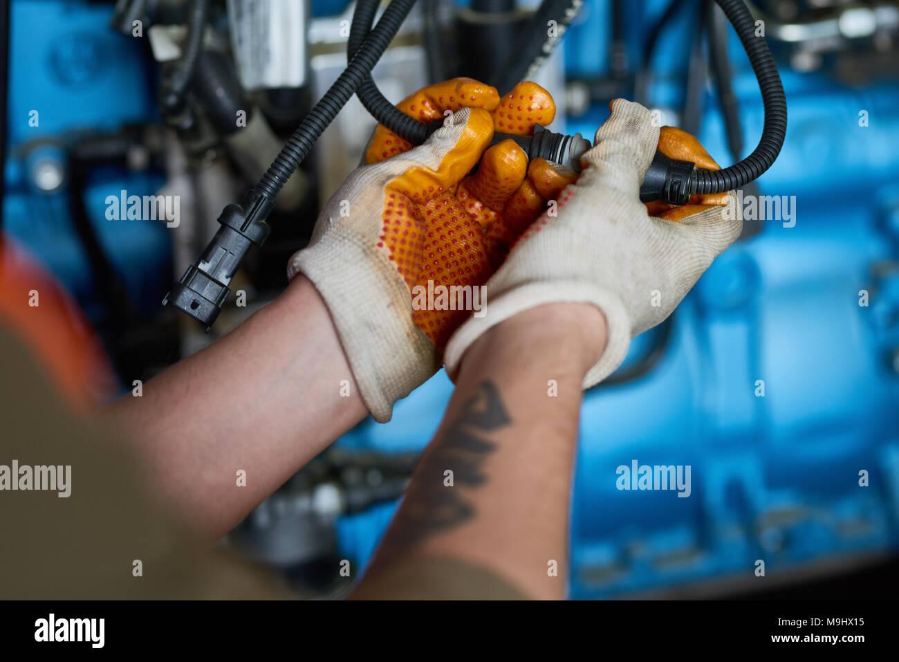 Electricien Branchement des câbles Photo Stock