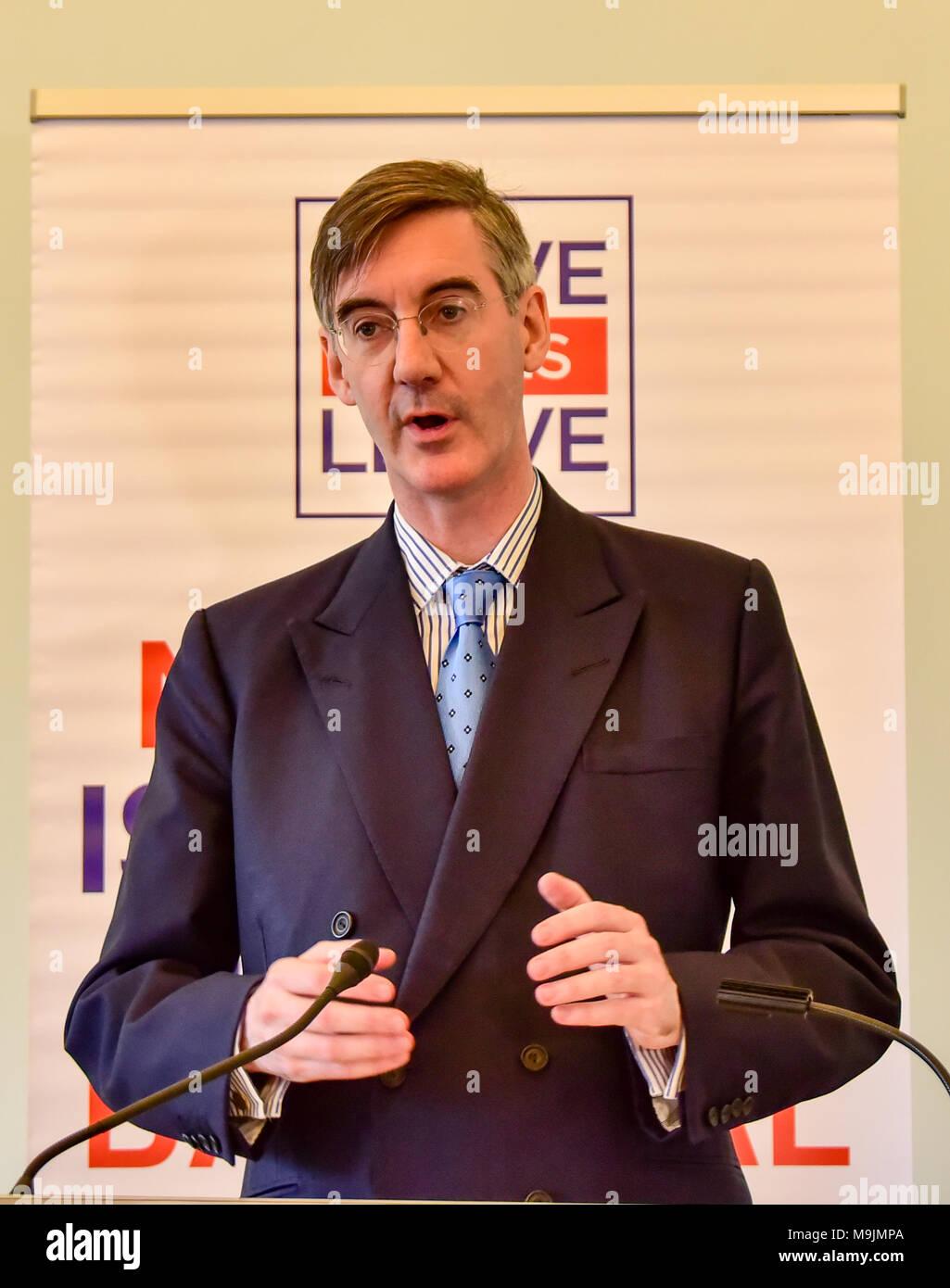 """Londres, Royaume-Uni. 27 mars 2018. Jacob Rees-Mogg Brexit donne un discours lors d'un événement désigne le congé congé dans le centre de Londres. Le député conservateur Rees-Mogg claquée Bruxelles pour son """"approche de l'intimidation"""" et a dit qu'ils ont entamé des négociations """"dans l'esprit de qu'ils connaissent le mieux et nous devons faire comme on nous dit"""". Crédit: Peter Manning/Alamy Live News Banque D'Images"""