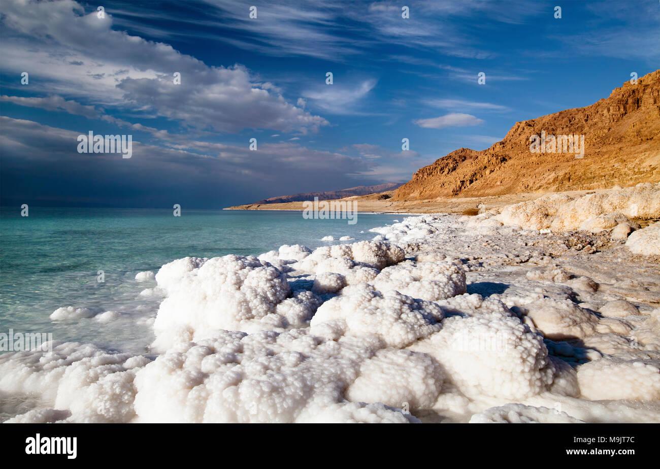 Vue sur le littoral de la Mer Morte sur une journée ensoleillée Photo Stock