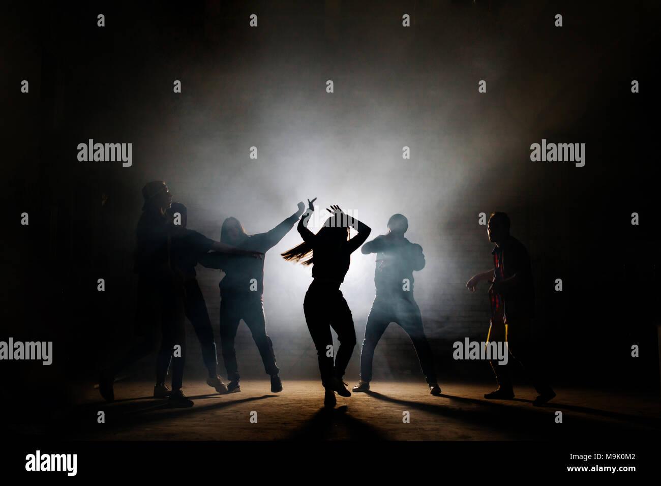 Les adolescents faire isoleted la danse se déplace sur le fond noir. comme la danse de fantaisie. Banque D'Images