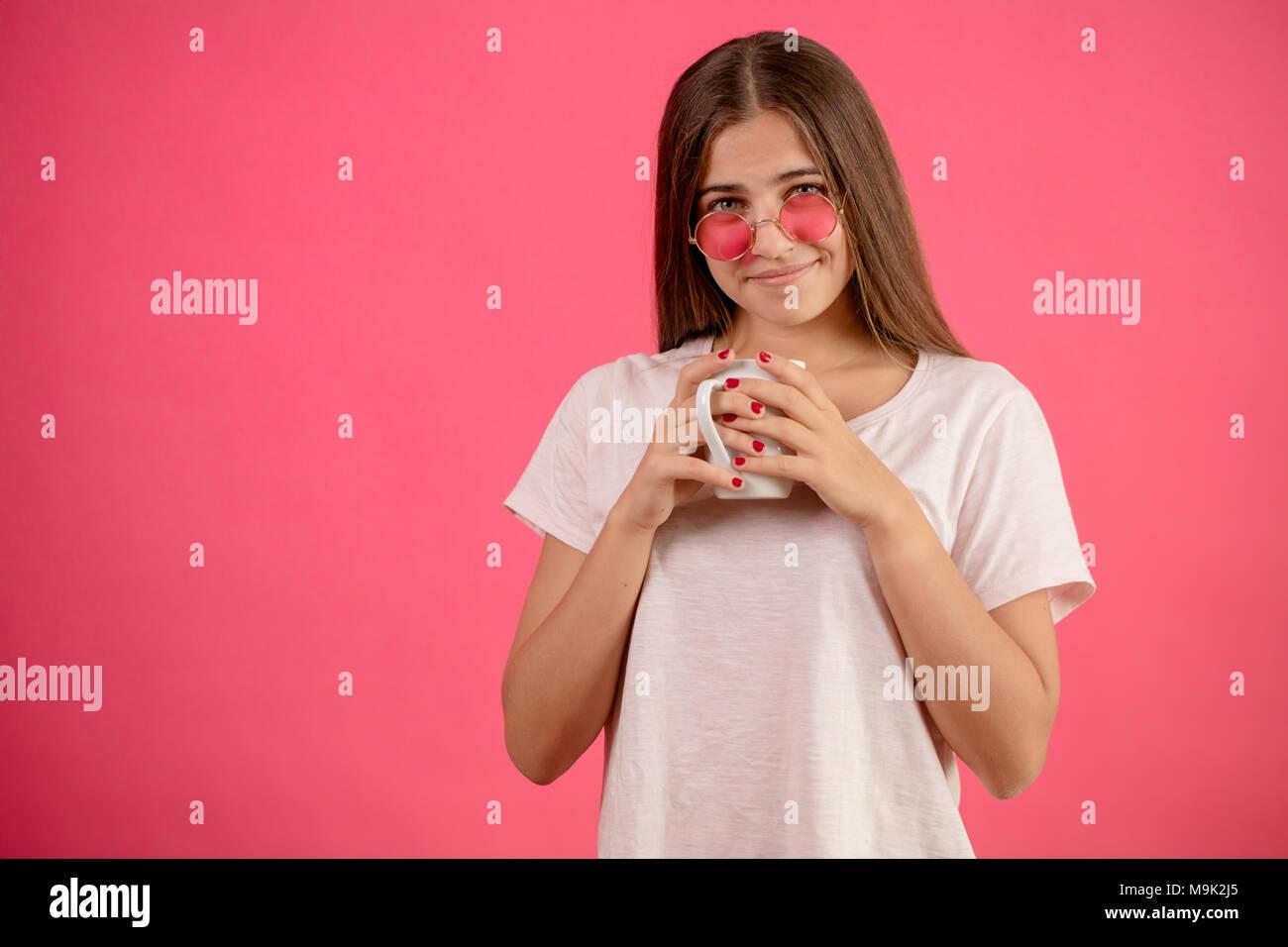 Close up portrait of attractive Femme en rose blanc lunettes de soleil avec  tasse en mains 151442190fb7