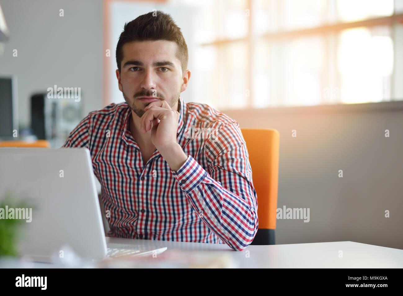 Dans lhomme moderne bureau start up travaillant sur ordinateur