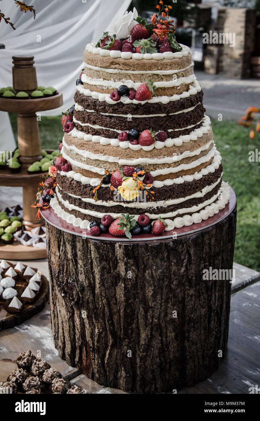 Un gâteau de mariage sur la table bonbons Photo Stock