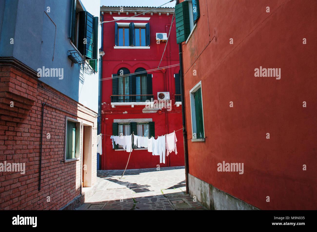 Rue et bâtiments colorés dans l'île de Burano, Venise, Italie, Europe Photo Stock