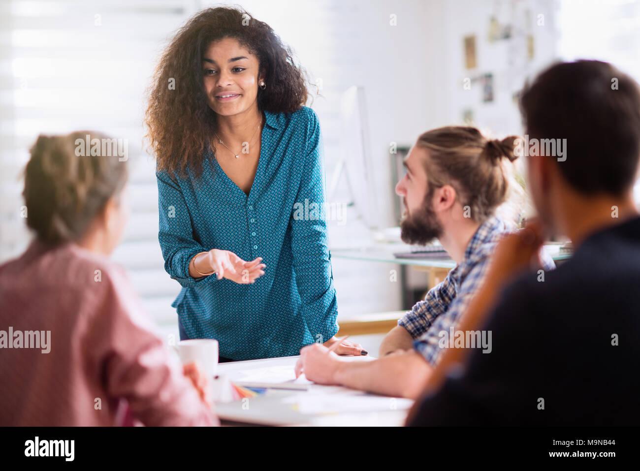 Réunion au bureau. une femme noire en parlant avec ses collègues Photo Stock