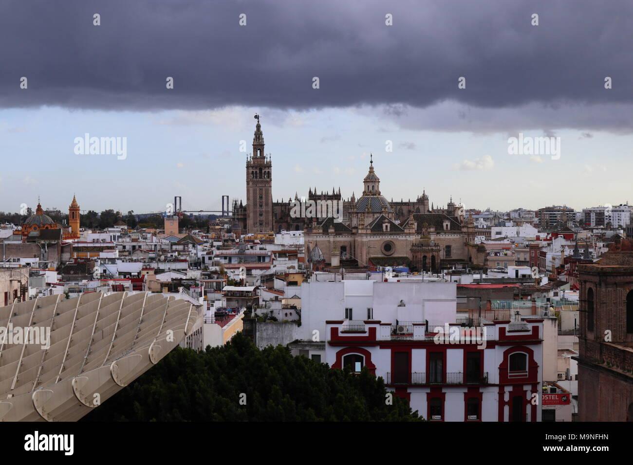 Sur les toits de la ville, de la cathédrale et La Giralda, nuage noir, ciel dramatique, vue du Metropol Parasol, Séville, Espagne, Europe Photo Stock