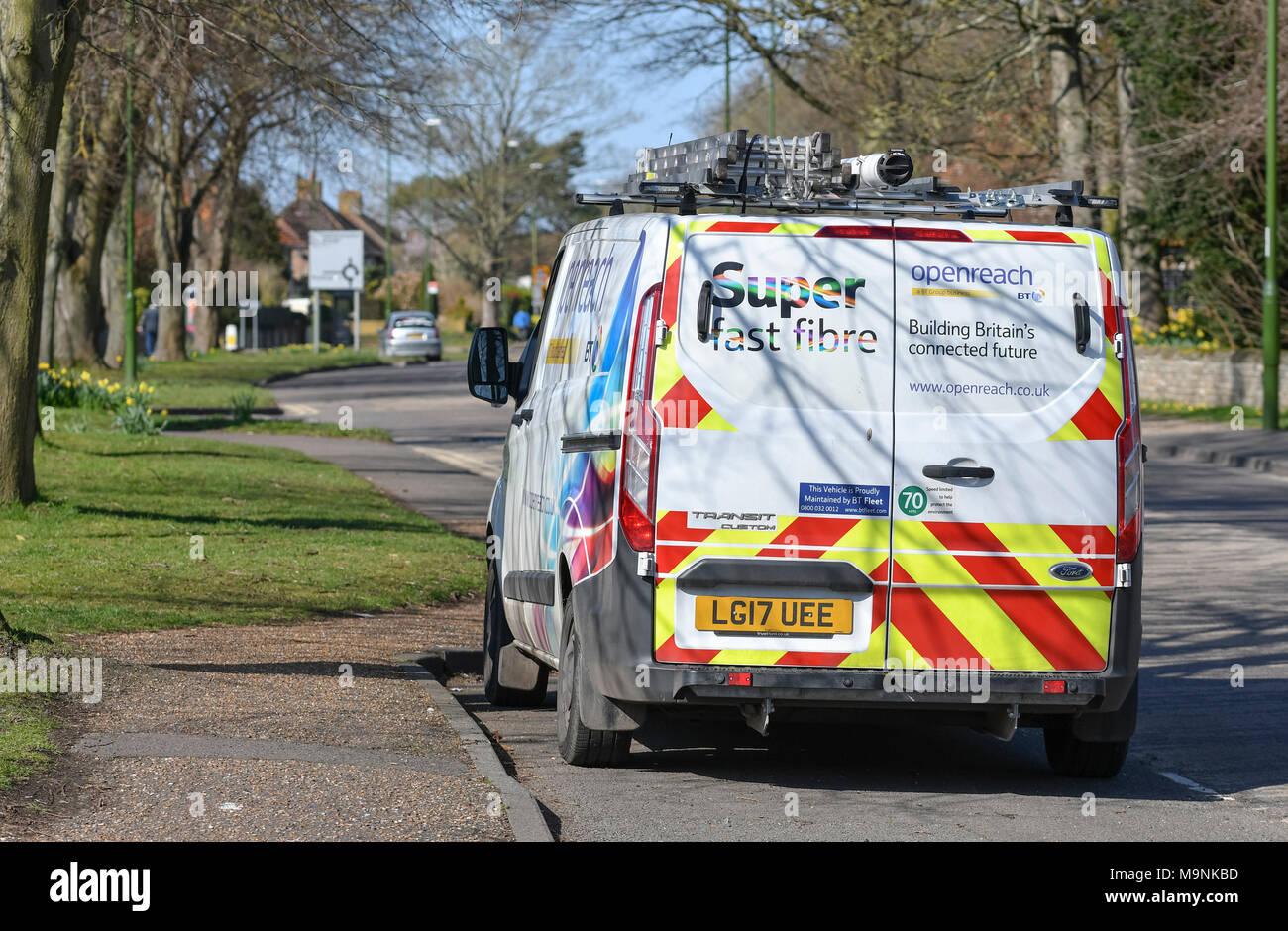 Openreach Van garé au bord de la route pendant que les ingénieurs installer Internet haut débit fibre optique (FTTC) à un immeuble d'accueil en Angleterre, Royaume-Uni. Banque D'Images