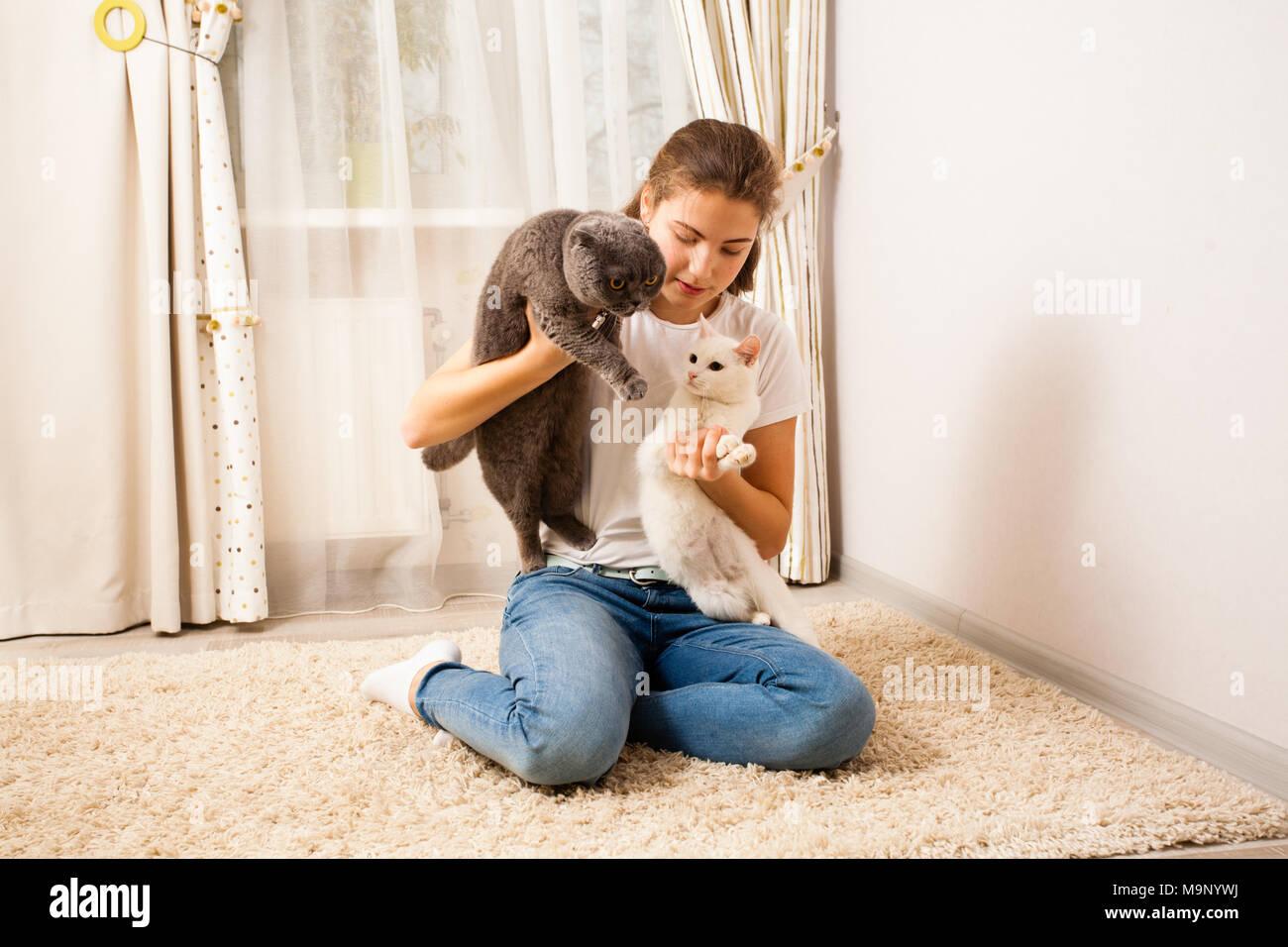 La fille est passer du temps libre avec ses chats Photo Stock