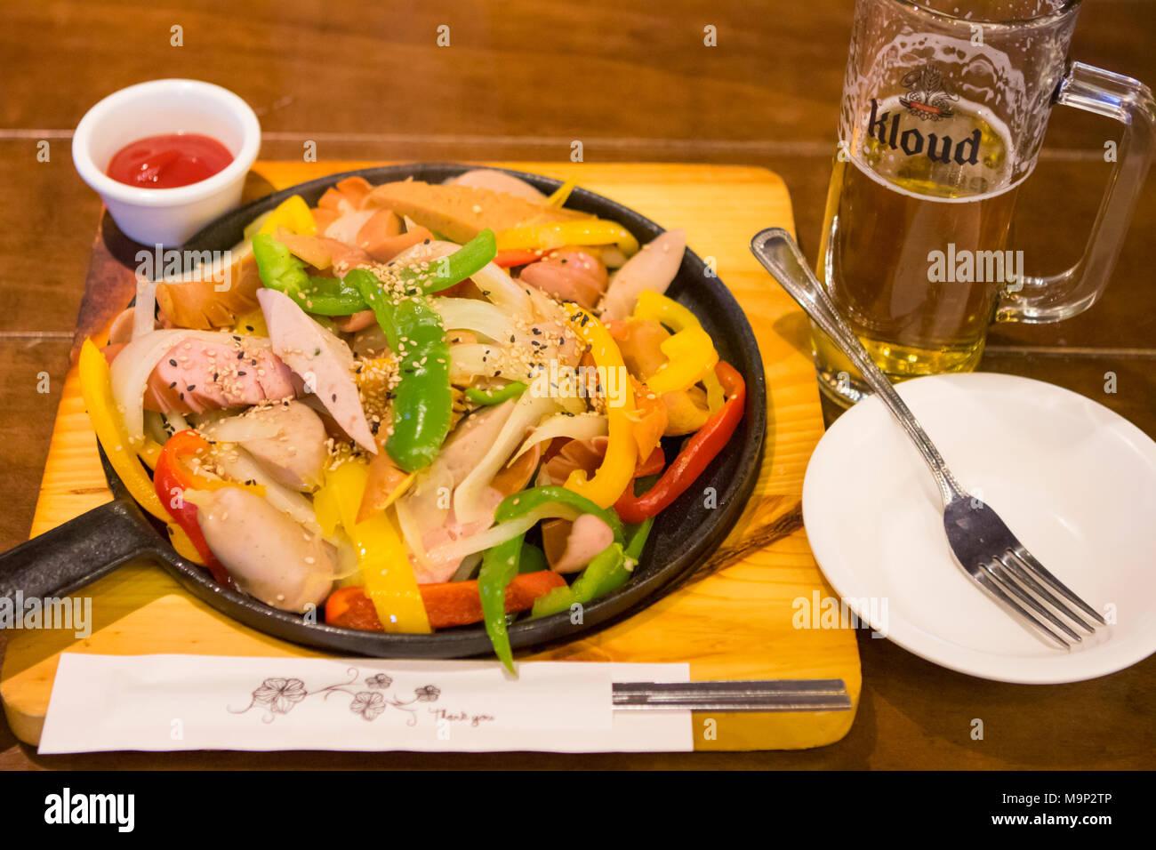 Un plat typique de la Corée du Sud pour manger avec de la bière, après le ski: saucisses grillées et les poivrons doux. L'Alpensia Resort est une station de ski et une attraction touristique. Il est situé sur le territoire du canton de Daegwallyeong-myeon, dans le comté de Pyeongchang, hébergeant les Jeux Olympiques d'hiver en février 2018. La station de ski est à environ 2,5 heures à partir de l'aéroport d'Incheon à Séoul ou en voiture, tous principalement d'autoroute. Alpensia possède six pistes de ski et snowboard, avec fonctionne jusqu'à 1.4 km (0,87 mi) long, pour les débutants et les skieurs avancés, et une zone réservée pour les snowboarders. Bien que le resort Photo Stock