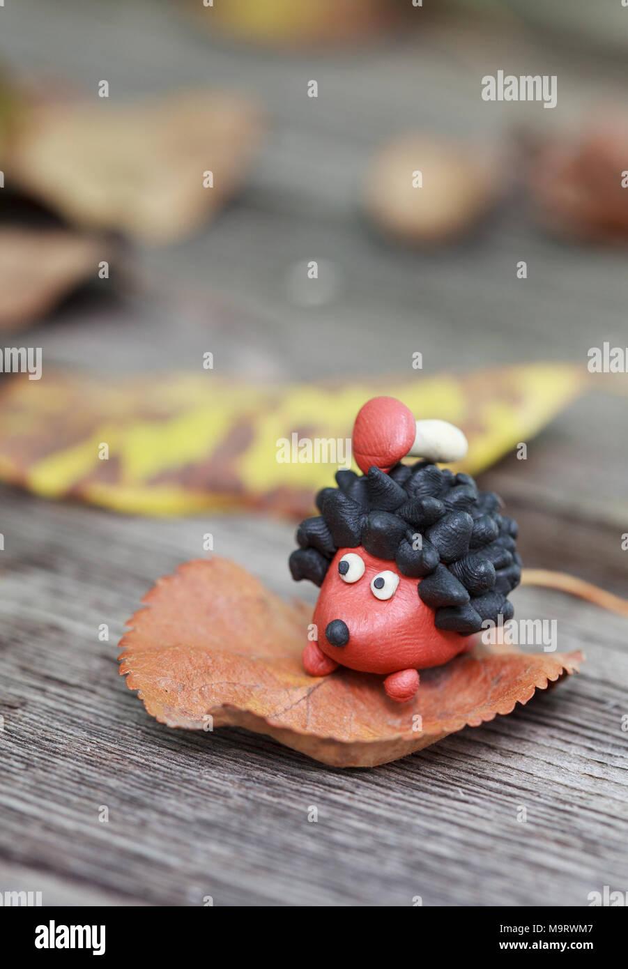 Monde De Pate A Modeler Petit Herisson Fait Maison Aux Cepes Sur Son Dos Entoure De Feuilles Mortes Selective Focus On The Hedgehog Photo Stock Alamy