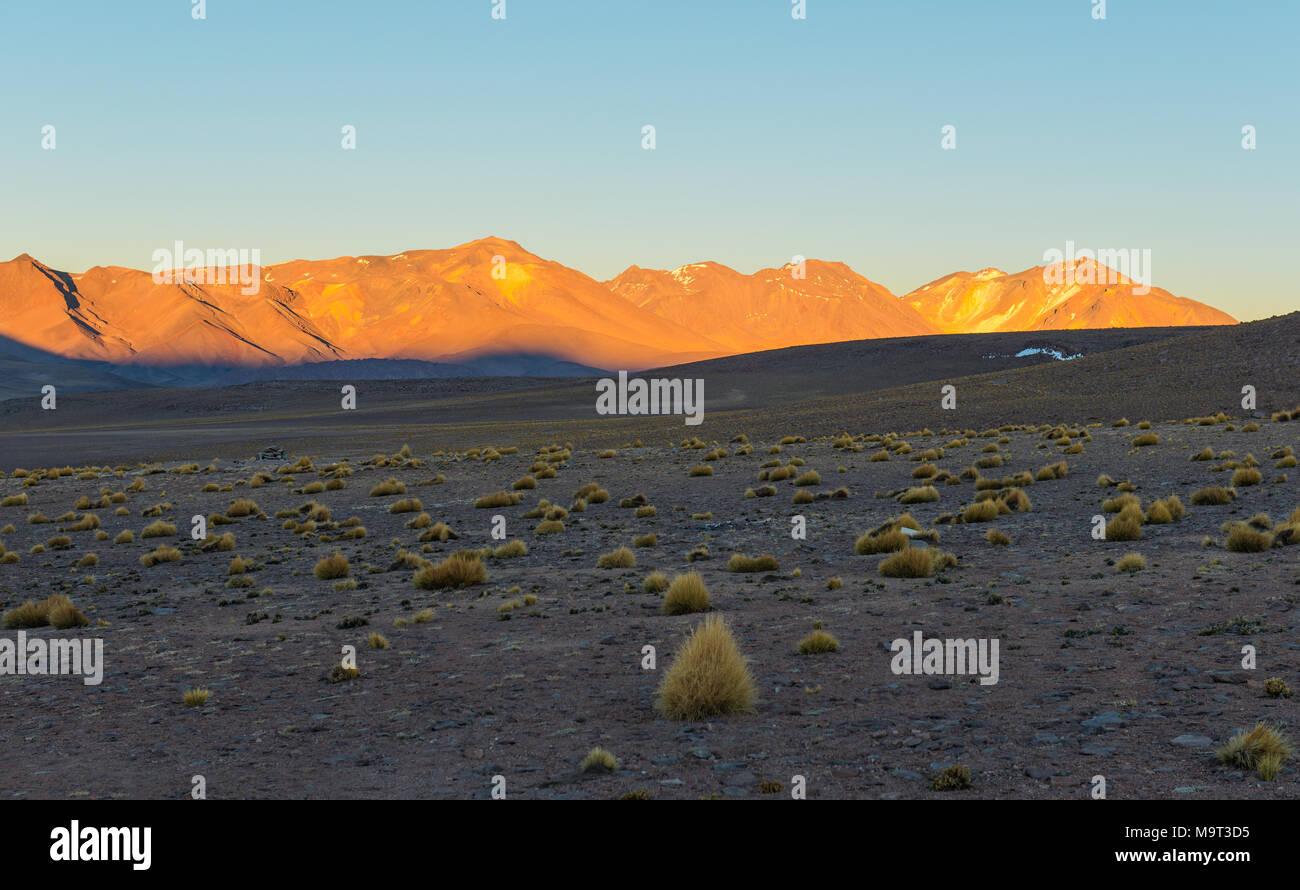 Lever du soleil dans l'Altiplano de Bolivie dans le désert de Siloli à une altitude de 4600m près de la frontière du Chili et le désert d'Atacama, l'Amérique du Sud. Photo Stock