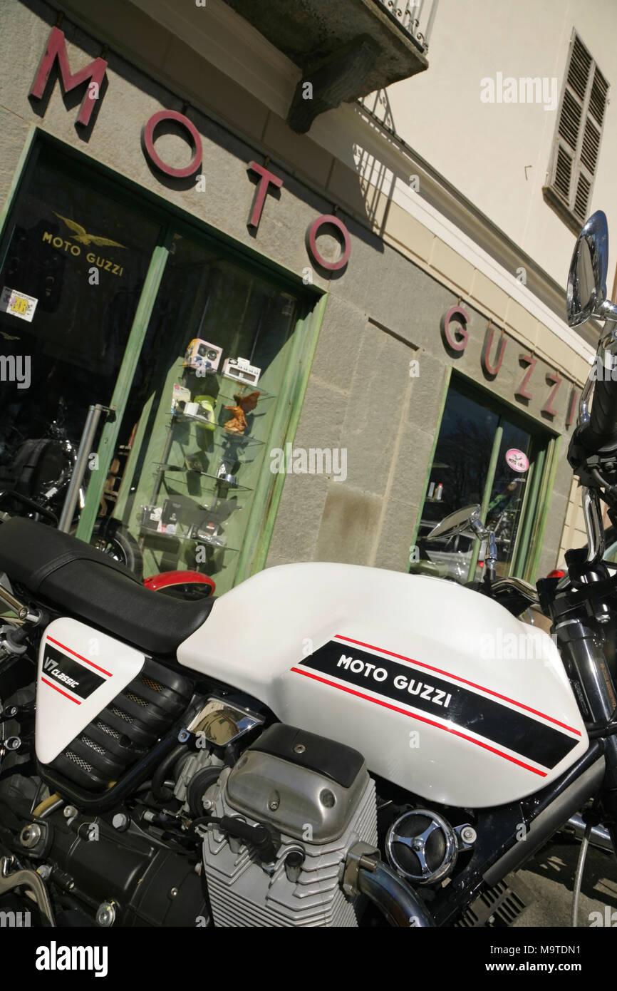 Moto Guzzi V7 moto classique en dehors de Cuneo, Italie. Banque D'Images