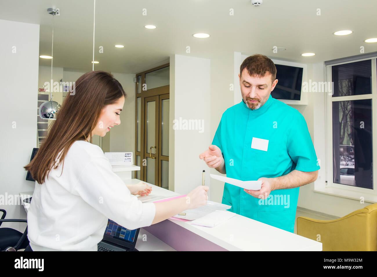 Médecin homme parler et discuter de programmation avec les