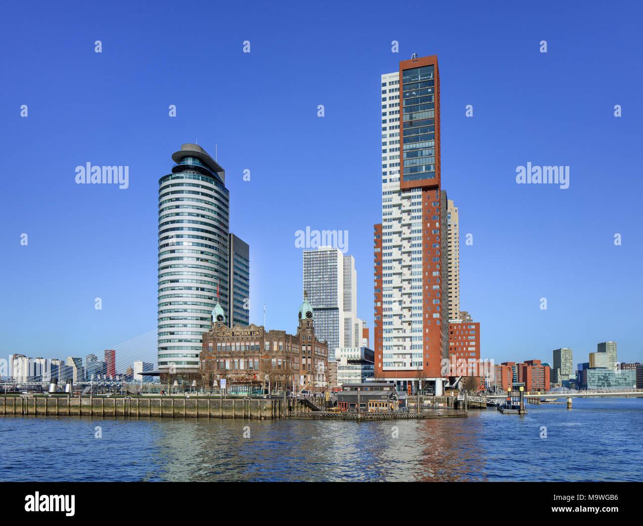 À Rotterdam le 7 février 2018. Hotel New York, Montevideo Tower et port mondial au Kop van Zuid, un domaine relativement nouveau sur la rive sud de la Meuse. Photo Stock