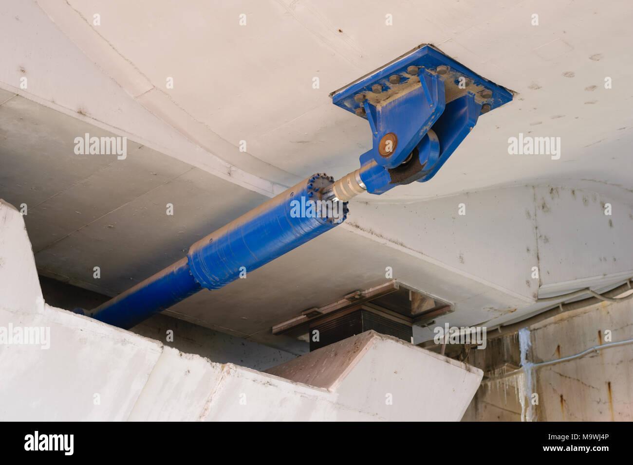 Sous le pont amortisseur hydraulique massive utilisé pour dissiper les grandes quantités d'énergie qui résultent de chargement dynamique soudaine comme les tremblements de terre. Photo Stock