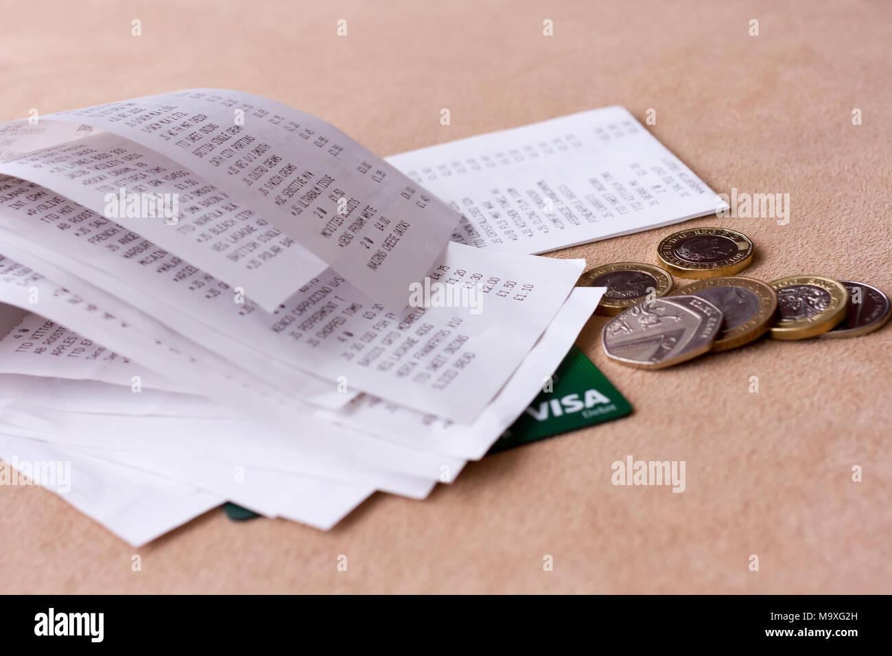 Une pile de supermarché courses de caisse avec un peu d'anglais sterling petit changement & Visa carte bancaire, Royaume-Uni Photo Stock