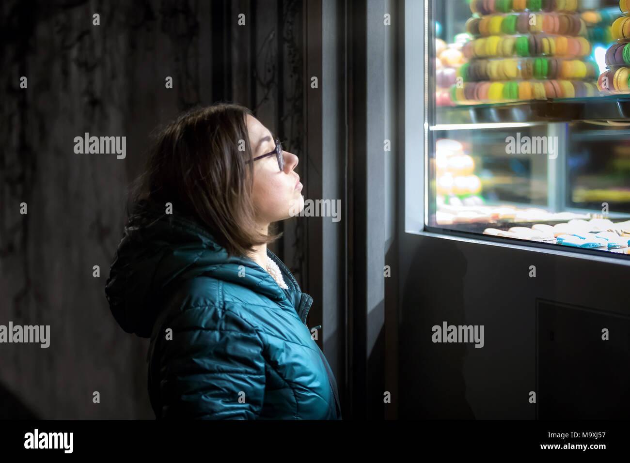 Une Jeune Fille Debout Devant Une Pâtisserie Observe La Fenêtre