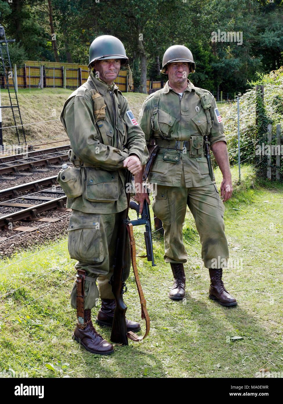 Reenactors offrent une excellente imitation de bataille nous lasse les troupes aéroportées dans une WW2 au cours d'un scénario 1940 événement sur le chemin North Norfolk. Photo Stock