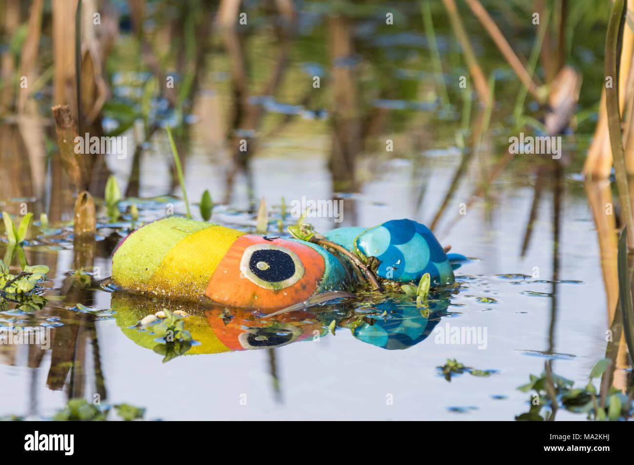 L'enfant perdu doudou abandonné et laissé dans l'eau. Photo Stock