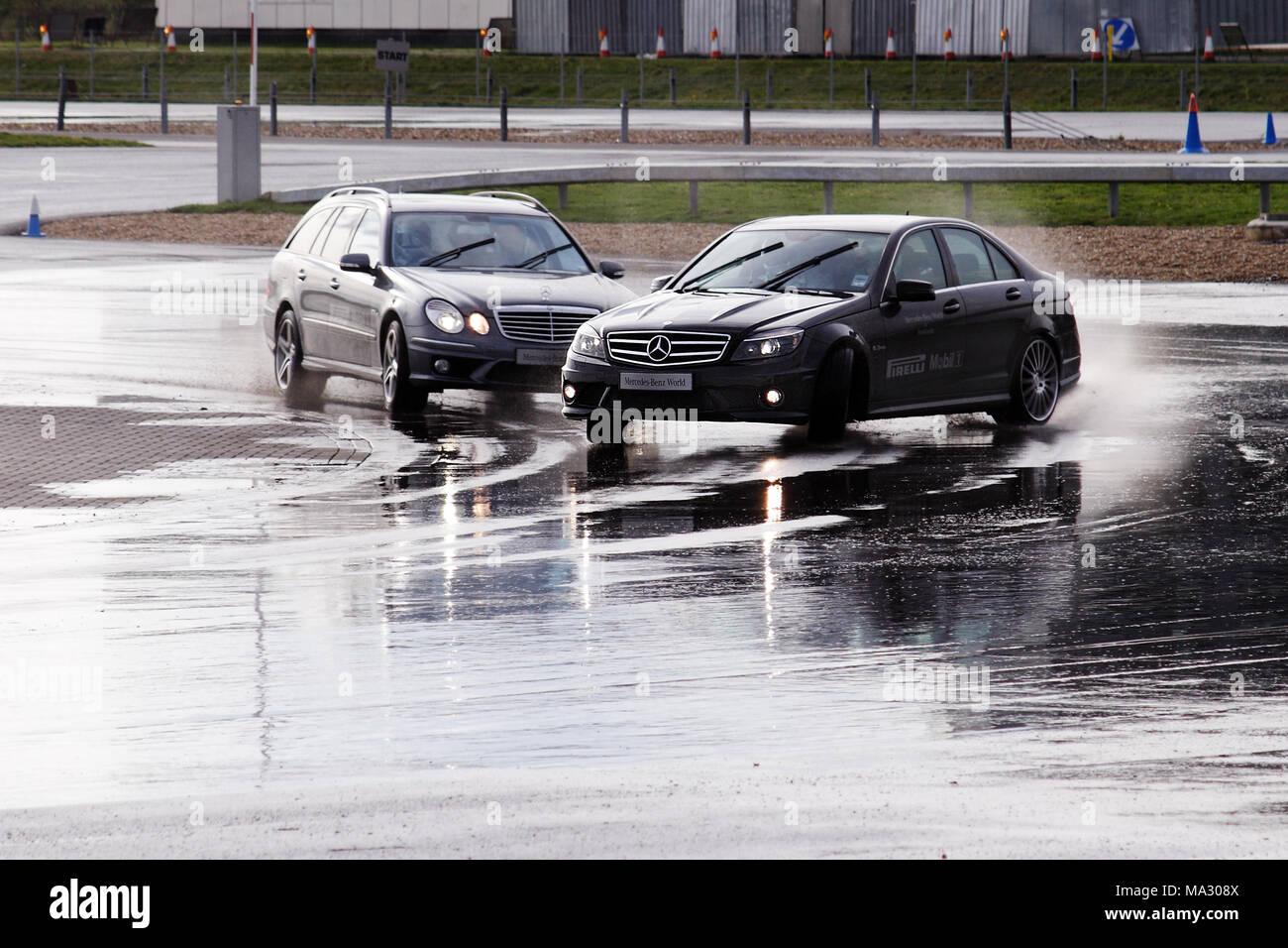 Mercedes C63 AMG sur le patin, pan au Mercedes-Benz World, Brooklands à Weybridge, en Angleterre. Photo Stock