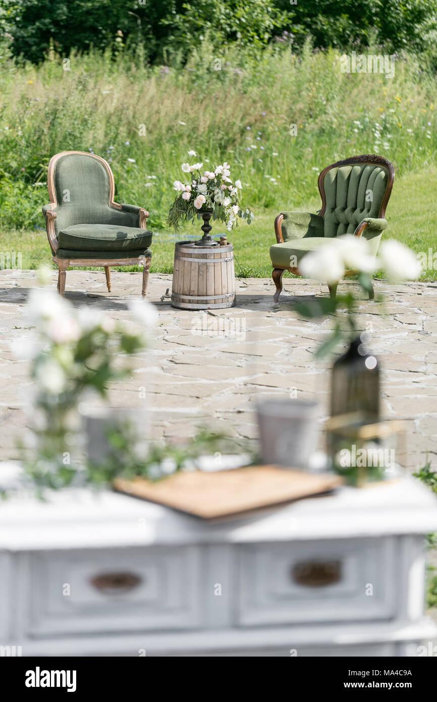 Chaises et table en bois vintage avec décoration de fleurs ...