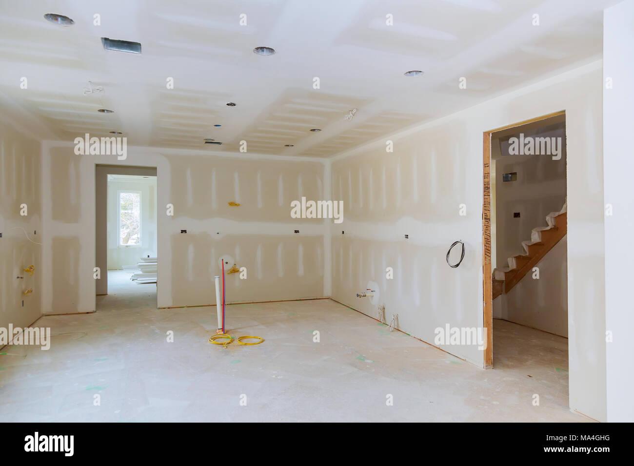 placopl tre est suspendu dans l 39 int rieur du projet de remodelage de la cuisine de l 39 appartement. Black Bedroom Furniture Sets. Home Design Ideas