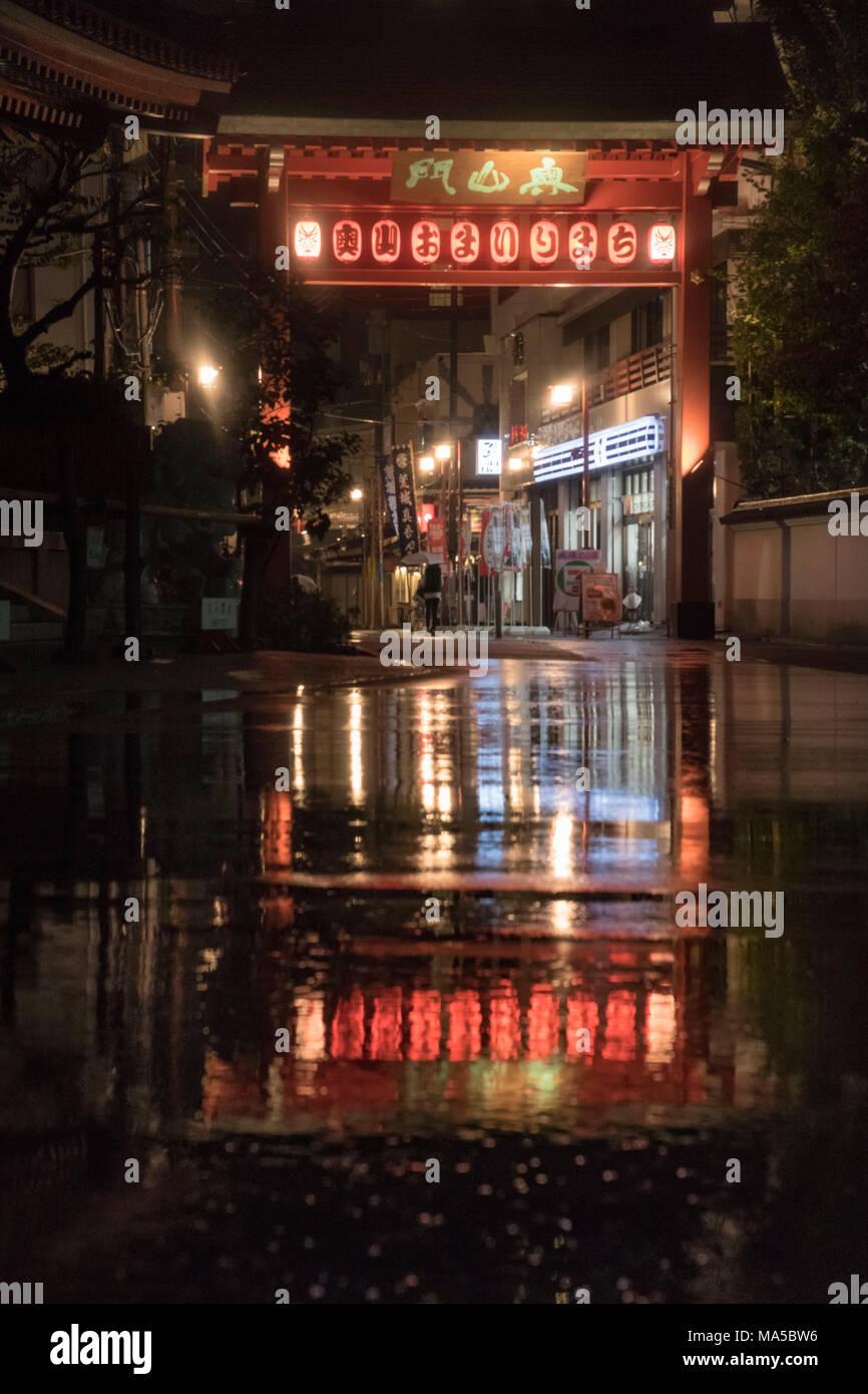 L'Asie, Japon, Nihon, Nippon, Tokyo, Asakusa, Taito, lanternes sont se reflétant dans une flaque d'eau de pluie Banque D'Images