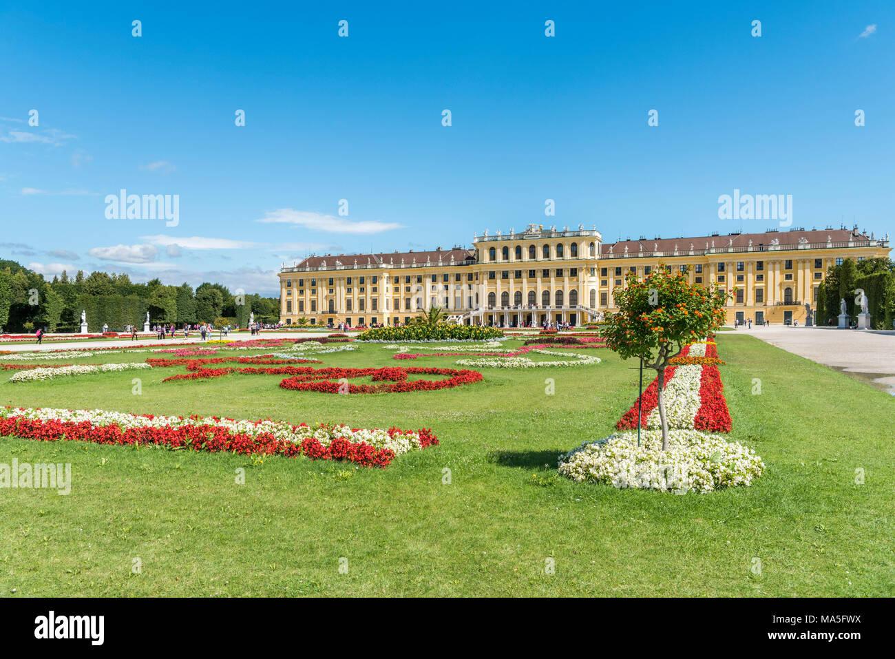 Vienne, Autriche, Europe. Le Grand Parterre, le plus grand espace ouvert dans les jardins de Schönbrunn. Photo Stock