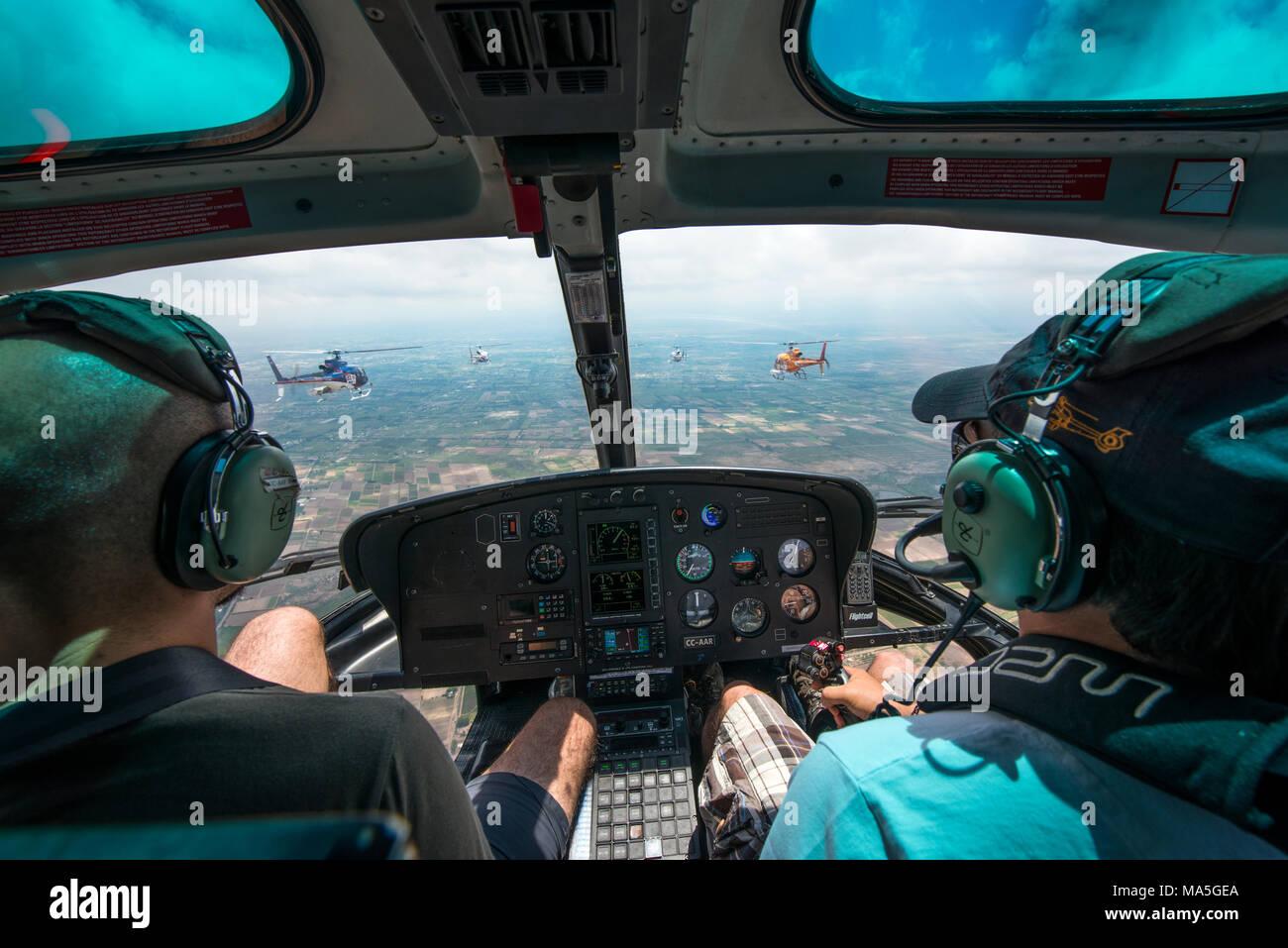 tourn en intrieur airbus vol hlicoptre eurocopter as350 montrant cockpit avec pilote et le passager en vol battant entre une flotte de plusieurs heli