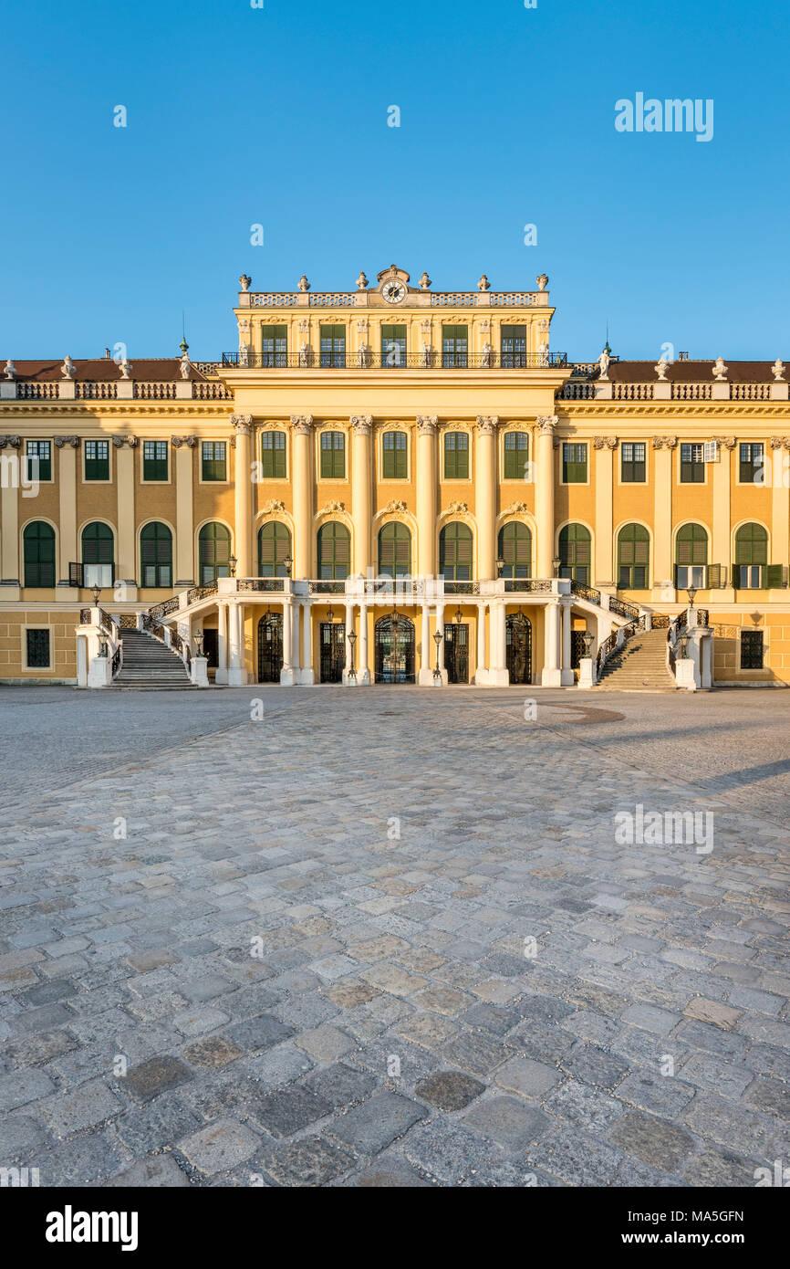Vienne, Autriche, Europe. Le palais de Schönbrunn et de la cour de la parade au lever du soleil Photo Stock