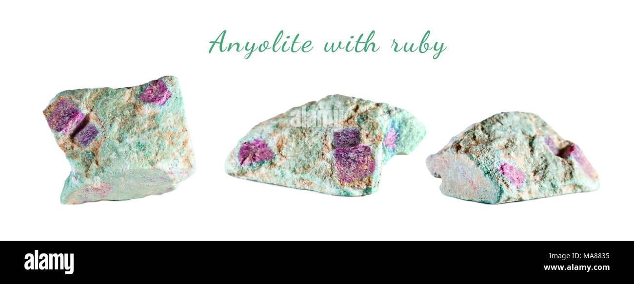 La prise de vue macro de pierre naturelle. Anyolite minéral brut avec ruby. L'Inde. Objet isolé sur un fond blanc. Photo Stock