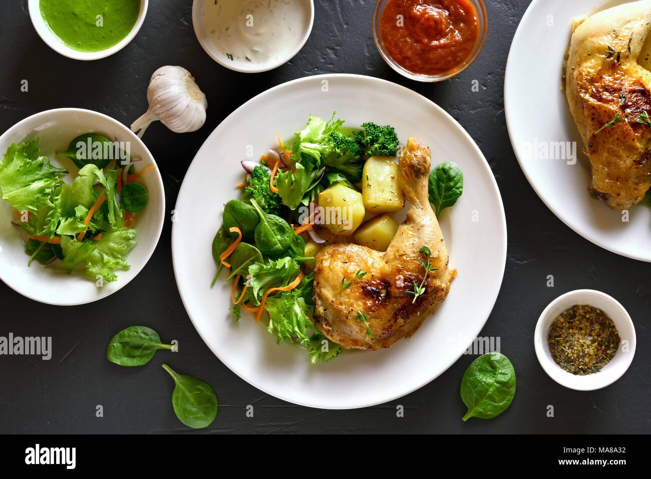 Lave-vient dîner. Cuisse de poulet frit avec des pommes de terre et salade verte. Haut de la vue, télévision lay Photo Stock