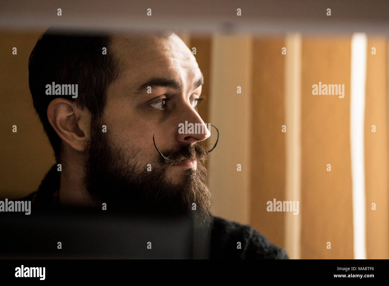 L'expression moderne, commis de bureau avec Mustages barbus travaillant avec un ordinateur portable au bureau Photo Stock