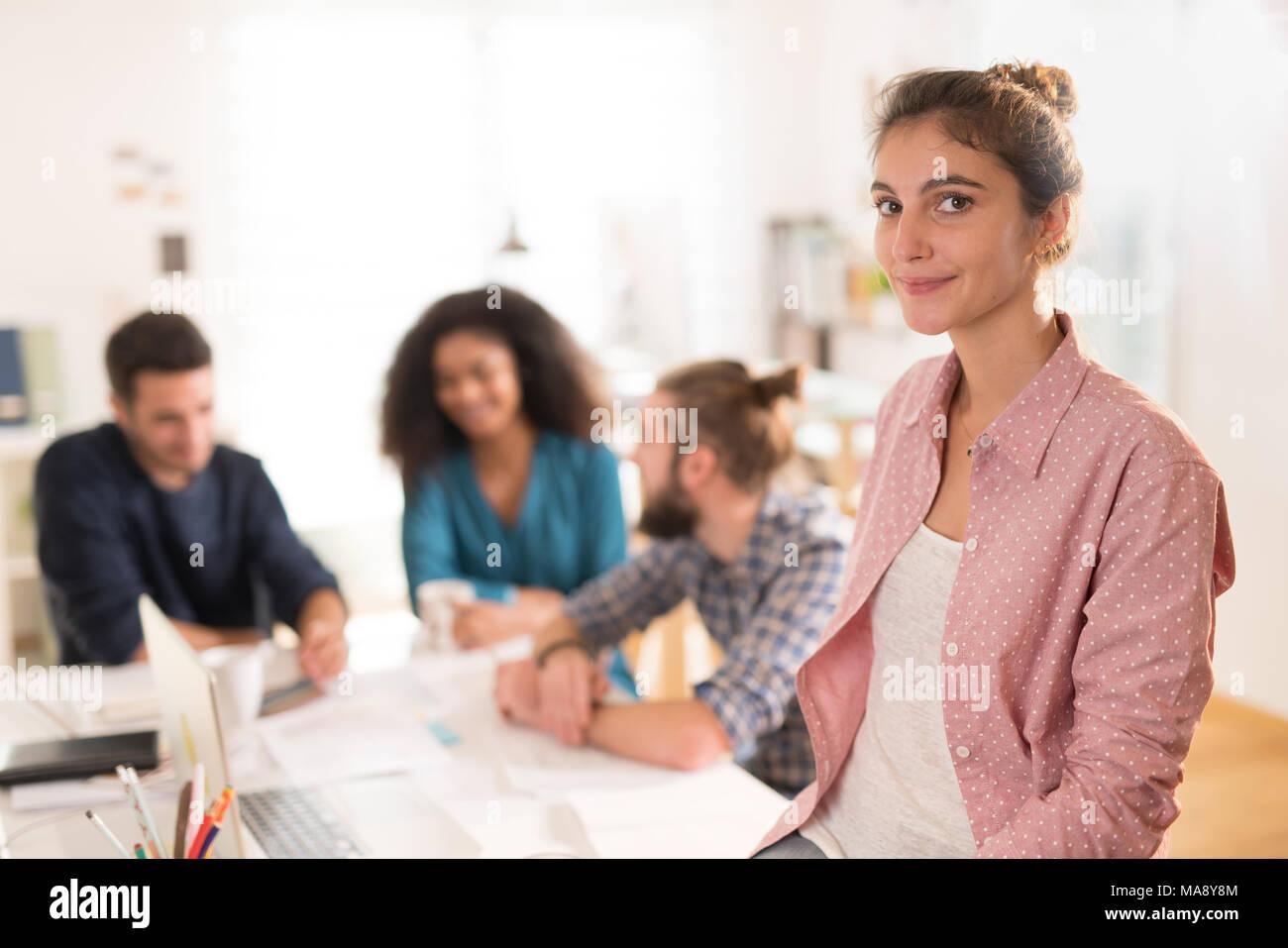 Au bureau. Portrait d'une jeune femme regardant la caméra. Dans t Photo Stock