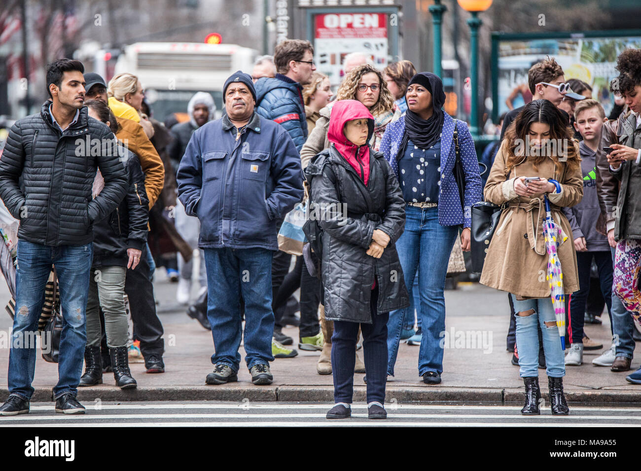 NEW YORK CITY - 29 MARS 2018 New York City : scène de rue piétonne de diversité des personnes qui traversent la rue à Midtown Manhattan sur 34th Str Photo Stock