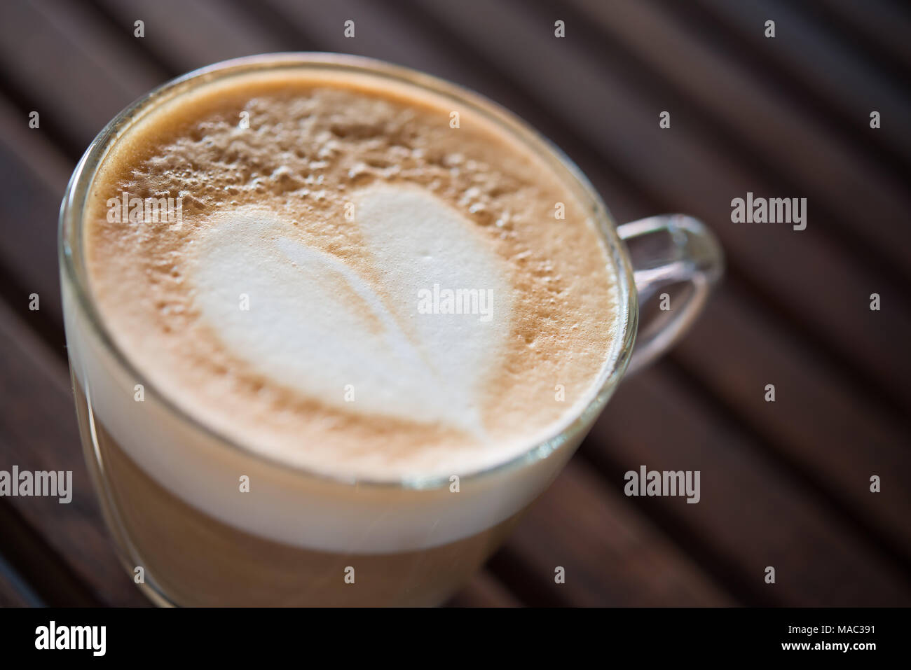 Close up of cappuccino avec motif en forme de coeur au lait café. une tasse de café l'art. Photo Stock