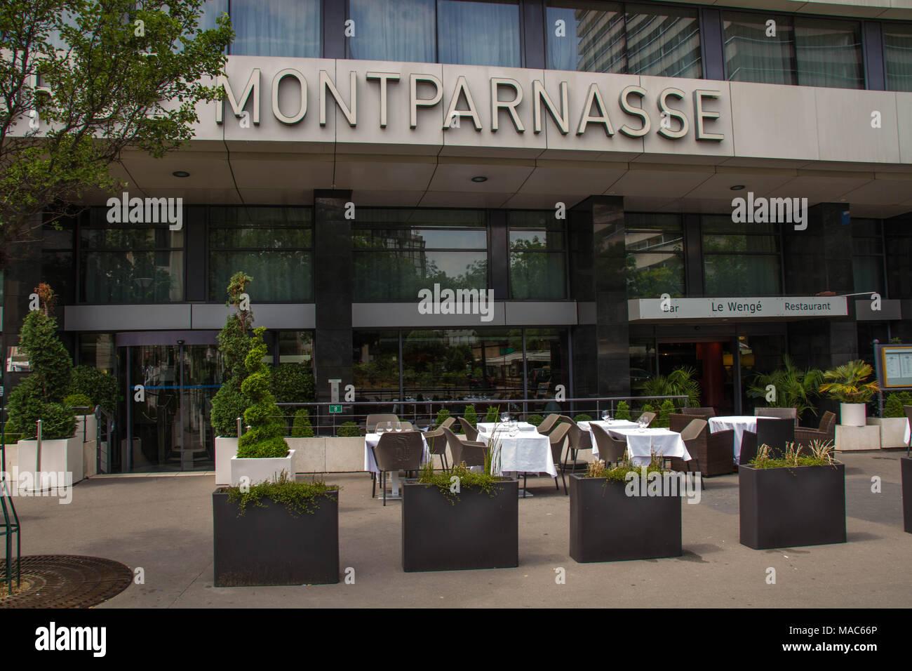 Paris, France - rue à l'entrée de l'Hôtel Concorde Montparnasse dans la ville, image au format paysage Banque D'Images