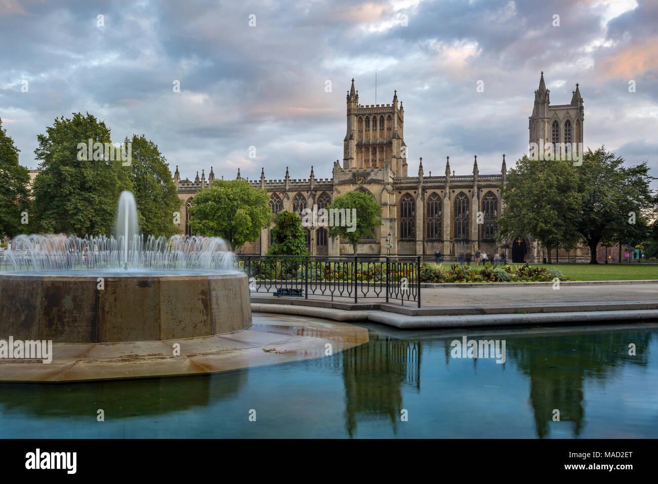 Lumière du soir sur tours de la cathédrale de Bristol (église cathédrale de la Sainte et indivisible Trinité), Bristol, Angleterre Banque D'Images
