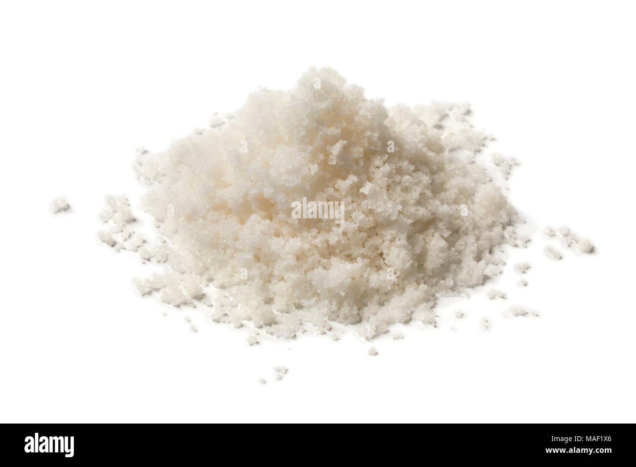 Tas de terre fine sel de mer isolé sur fond blanc Photo Stock