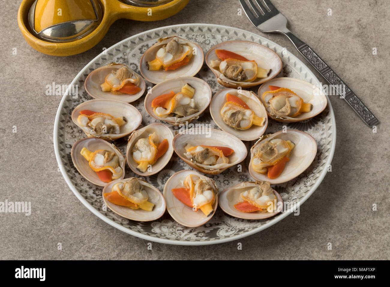 Plat marocain ouvert avec douceur les palourdes cuites pour un repas Photo Stock