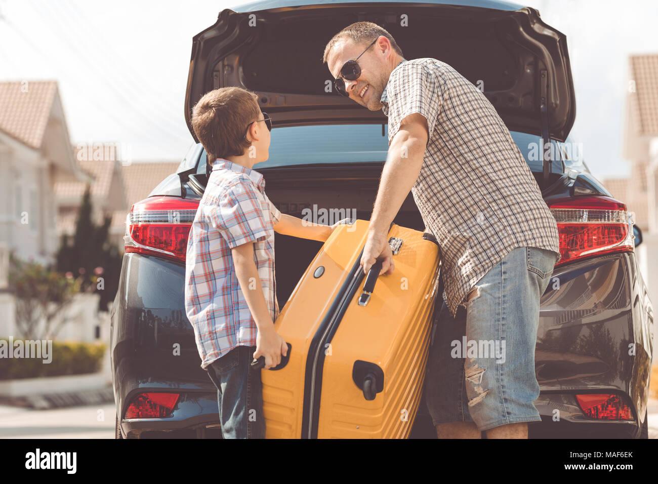 Heureux père et fils se préparer pour road trip sur une journée ensoleillée. Concept de famille accueillante. Photo Stock