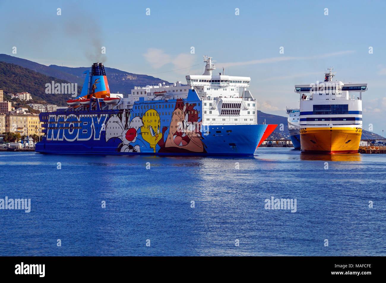 Dada Mobi ferry Moby de quitter le port de Bastia Corse France Europe avec la Sardaigne Andrea amarré à droite Photo Stock