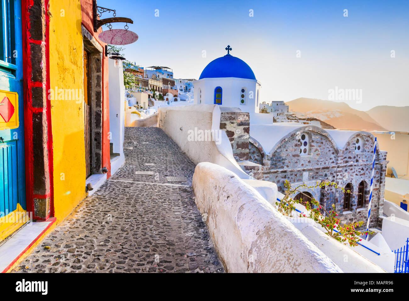 Santorin, Grèce. Oia, village blanc avec des chemins étroits, pavées célèbre attraction des îles Cyclades, Grèce mer Egéé. Photo Stock