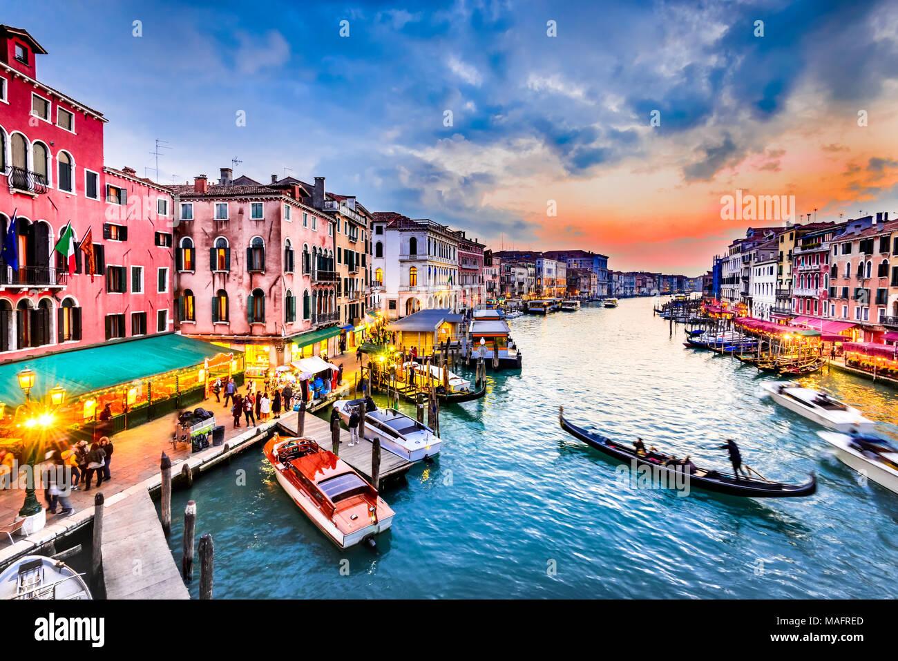 Venite, Italie - l'image de nuit avec Grand Canal, le plus vieux pont de Rialto, Venise. Photo Stock